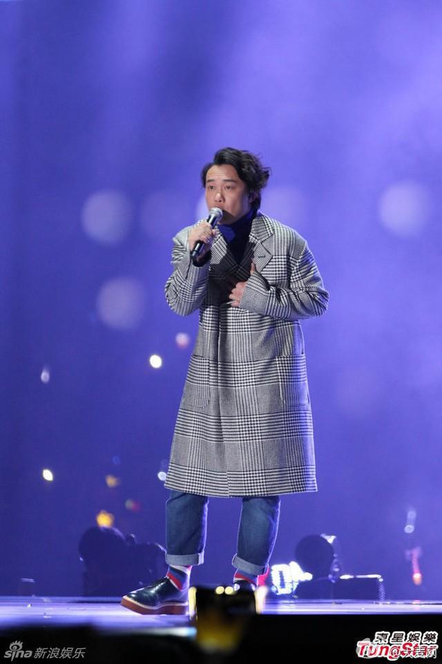 Người hâm mộ đã cùng hòa giọng vào tiếng hát của Trần Dịch Tấn trong ca khúc Cường điệu, tạo nên một bản giao hưởng tràn đầy cảm xúc