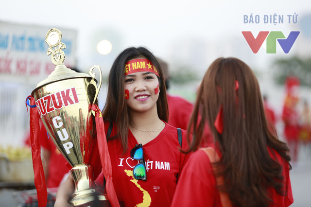 Một bóng hồng thậm chí còn mang cả Cup đến cổ vũ cho ĐT. Hy vọng rằng giấc mơ của cô cũng như của bao nhiêu triệu người hâm mộ Việt Nam sẽ trở thành hiện thực!