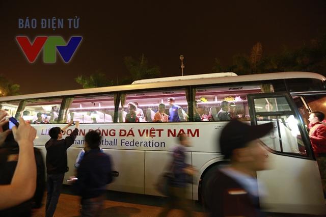 Và tiếc nuối khi thấy các cầu thủ bước lên xe về nơi nghỉ ngơi. Hy vọng rằng, với sự cổ vũ cuồng nhiệt của các CĐV, các tuyển thủ Việt Nam sẽ có thêm sức mạnh để thi đấu tốt hơn nữa.