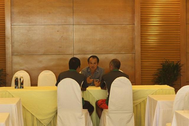 ...bầu Đức vẫn ngồi nán lại cùng HLV Graechen để tiếp tục trao đổi về tình hình của U19 Việt Nam.