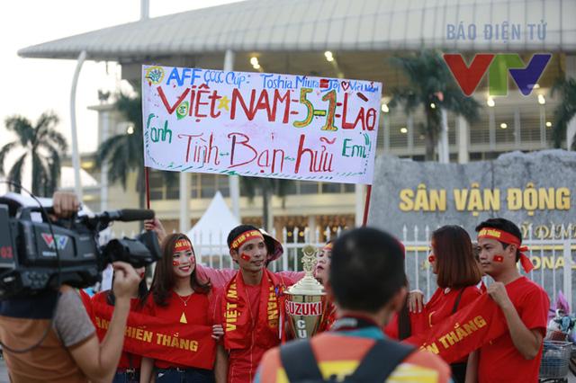 Một nhóm CĐV hy vọng rằng Việt Nam có thể chiến thắng Lào với tỷ số 5-1 trong ngày hôm nay.