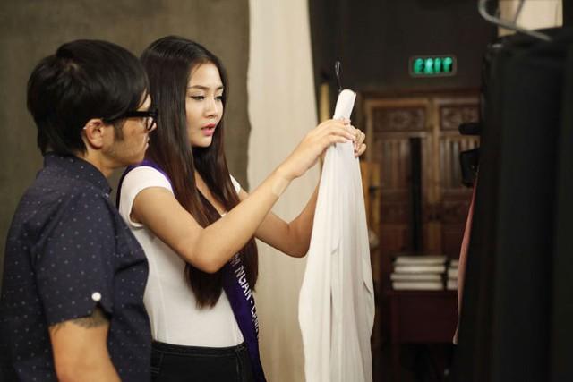Kim Ngân đến từ Lạng Sơn lắng nghe tư vấn khi chọn áo dài