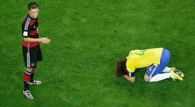 David Luiz - thủ quân của Brazil trong trận thảm bại lịch sử trước người Đức ở World Cup 2014 gục ngã trên sân.