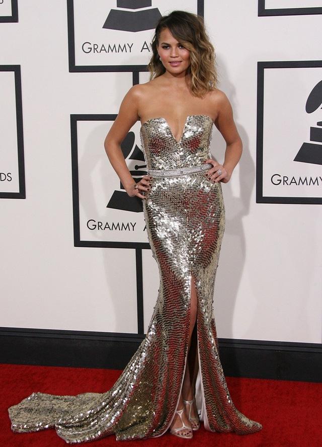 Chrissy Teigen gợi cảm hút hồn với váy kim sa tại lễ trao giải Grammy 2014