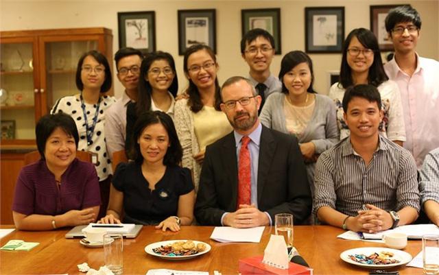 Th.s Nguyễn Bích Tâm (áo tím) trong buổi gặp gỡ Đại sứ quán Ai len cùng nhóm Siêu thủ lĩnh