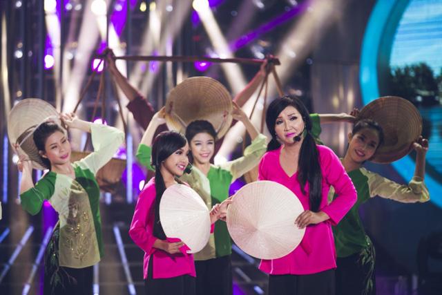 Ngân Quỳnh - Bảo Nghi cùng sắm vai ca sĩ Phi Nhung, biểu diễn rất duyên dáng ca khúcHành trình trên đất phù sa cùng dàn phụ họa