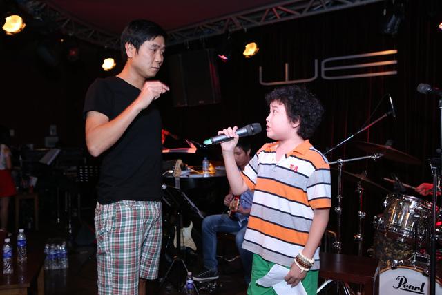 HLV Hồ Hoài Anh hướng dẫn cho cậu học trò nhí