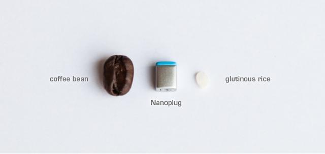 Kích thước của Nanoplug khi so sánh với hạt cà phê và hạt gạob nếp