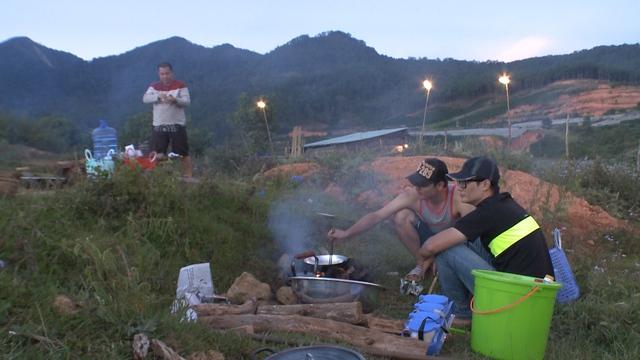 Các bố nấu nướng trong điều kiện thiếu thốn