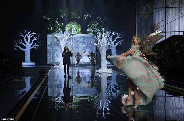 Nam ca sĩ Hozier trình diễn trong khung cảnh mơ mộng của thế giới thần tiên
