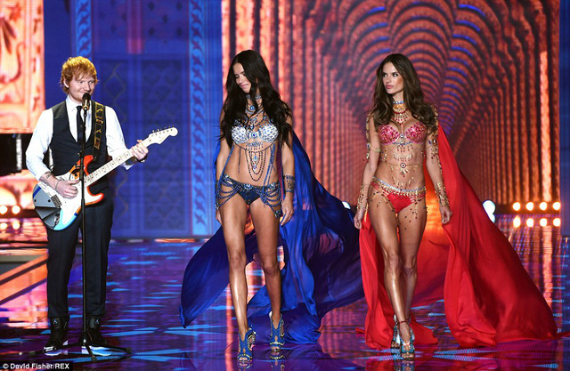 Hai thiên thần kỳ cựu Adriana Lima và Alessandra Ambrosio trong bộ Fantasy Bra trị giá 2 triệu USD