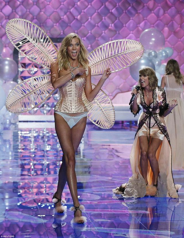 Thiên thần Karlie Kloss không giấu nổi sự háo hức khi được trình diễn cùng cạ cứng Taylor Swift