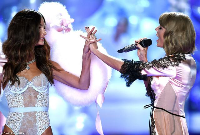 Cô và người bạn thân Taylor Swift tình tứ trên sân khấu
