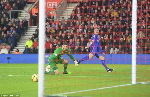 Bàn thắng đến như một món quà cho Man Utd khi những phút đầu trận, Quỷ đỏ là những người chơi kém ấn tượng hơn đối thủ.