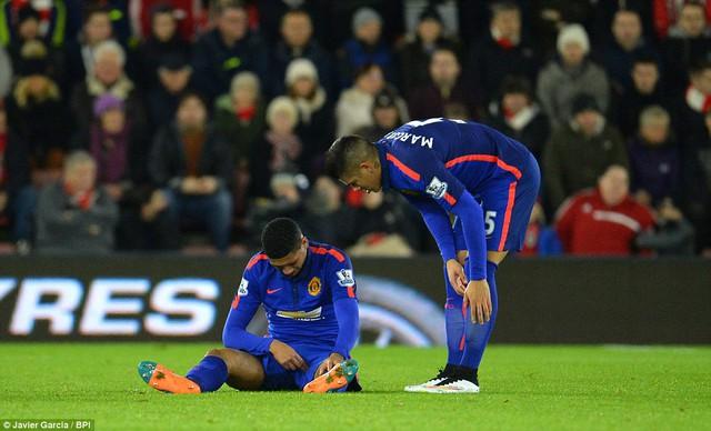 Tuy nhiên, không phải Man Utd không có đen đủi. Phút 18, thủ lĩnh hàng phòng ngự Quỷ đỏ - Chris Smalling buộc phải rời sân sau khi dính chấn thương (có vẻ như ở háng).