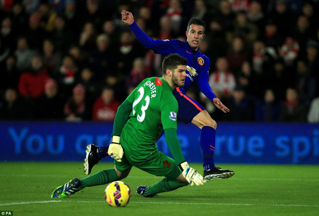 Phút 12, đội trưởng Southampton - Fonte mắc sai lầm khi chuyền bóng về không quan sát. Van Persie đã tận dụng tốt cơ hội này để mở tỷ số của trận đấu cho Man Utd.