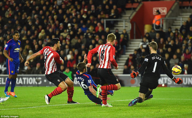 Một hàng thủ chắp vá khiến cho sự gắn kết các tuyến của Man Utd thiếu đi sự ổn định. Phút 31, tận dụng sai lầm của Fellaini cũng như sự bị động của hàng thủ Man Utd, Pelle đã dứt điểm tung lưới De Gea, mang về bàn gỡ hòa cho The Saint.