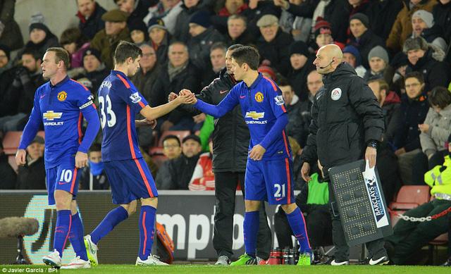... trong khi đó, một số cầu thủ Man Utd lại có dấu hiệu xuống tinh thần.
