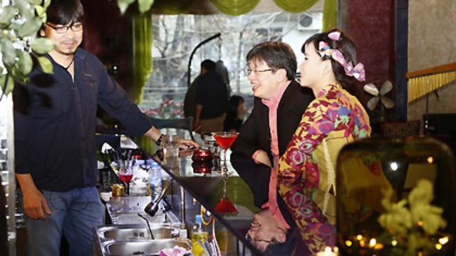 MC Đinh Tiến Dũng trò chuyện cùng khách mời của chương trình 23h