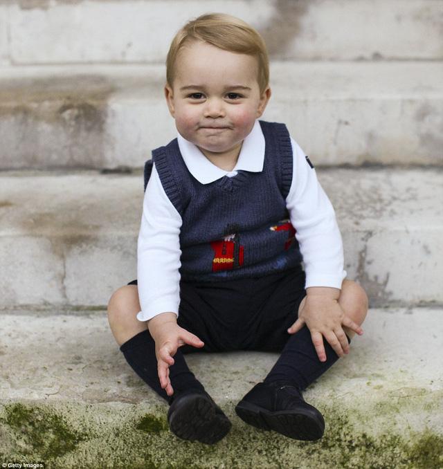 Vẻ ngoài của cậu giống y xì bố William khi còn nhỏ