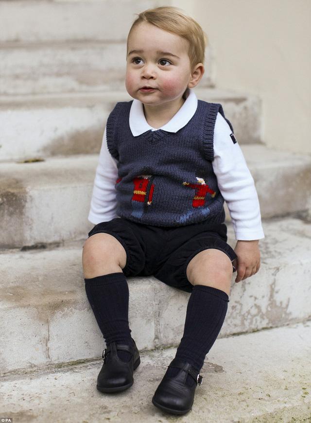 Hoàng tử George ngồi trên bậc cầu thang tạo dáng