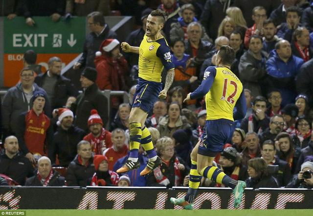 Mathieu Debuchy gỡ hòa cho Arsenal ngay sau bàn mở tý số của Liverpool