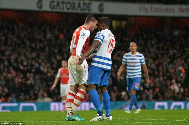 Pha va chạm giữa Olivier Giroud  và Onuoha (QPR)