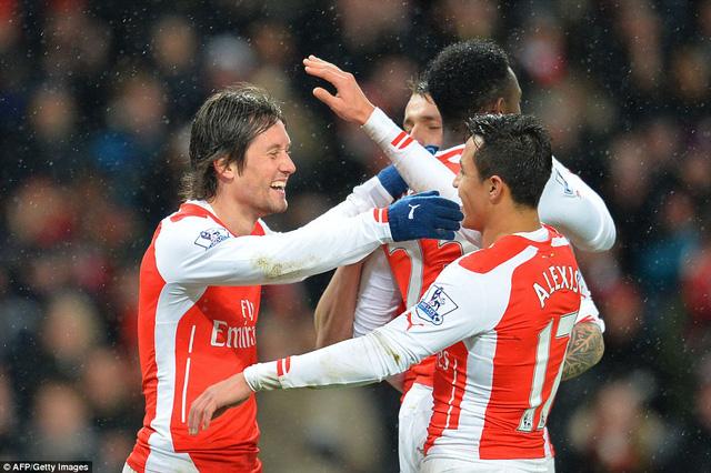 Dù thi đấu thiếu người song Arsenal vẫn giành được 3 điểm trước QPR