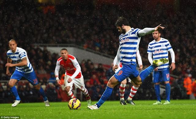 Charlie Austin rút ngắn tỷ số cho QPR từ chấm phạt đền ở phút 79