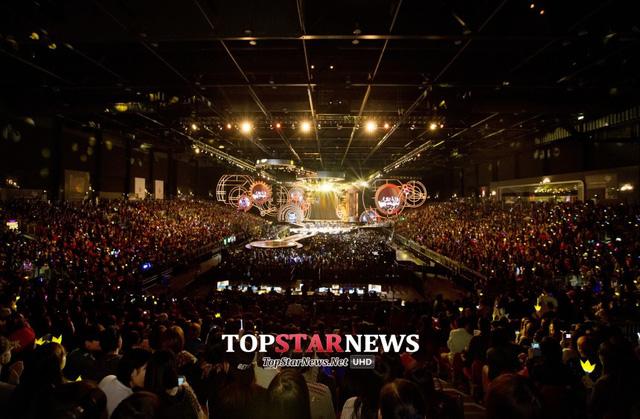 Hội trường Asia World Expo tại Hong Kong chật kín người hâm mộ