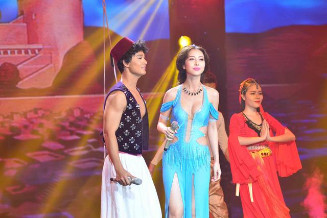Cặp đôi Đức Tuấn - Jennifer Phạm hóa thân thành cặp nhân vật trong câu chuyện Aladdin và cây đèn thần. Đức Tuấn là chàng Aladdin lịch lãm còn Jennifer là cô công chúa Jasmine.