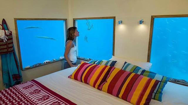 Khu nghỉ dưỡng Manta nằm trên đảo Pemba, thuộc quần đảo Zanzibar, Tanzania, có dịch vụ cho phép du khách đặt vé nghỉ tại đảo nổi với một phần chìm sâu dưới Ấn Độ Dương gần 4 m. Đảo nổi chính là phòng khách sạn có đầy đủ tiện nghi.