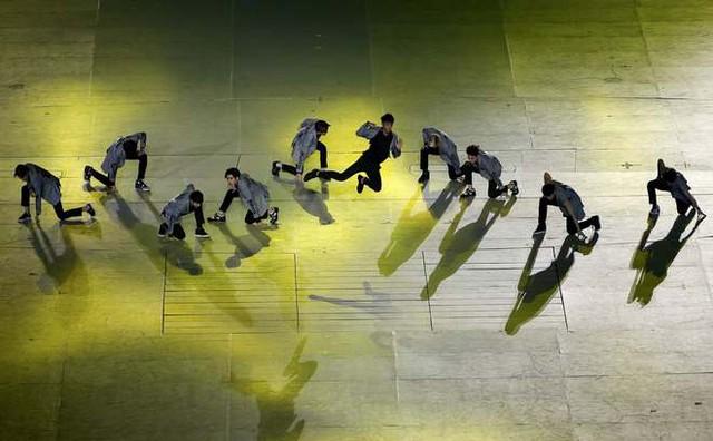 Nhóm nhạc nổi tiếng Hàn Quốc EXO đóng góp một màn trình diễn trong lễ khai mạc.