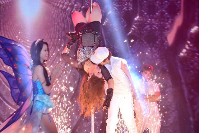 Mở màn chương trình, cặp đôi Minh Thư – Minh Trung thể hiện máu lửa và sôi động liên khúc Baby - Fashion Show. Minh Thư bất ngờ hóa thân thành Justin Bieber với vẻ ngoài cá tính, lạ lẫm bên cạnh người mẫu nữ Miranda Kerr do siêu mẫu Minh Trung nhập vai.