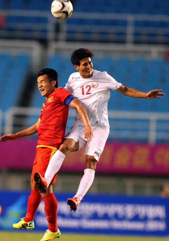Khả năng hỗ trợ phòng ngự của các tiền vệ như Hoàng Thịnh rất quan trọng trong cuộc đối đầu với Olympic UAE. Ảnh: Thu Nga