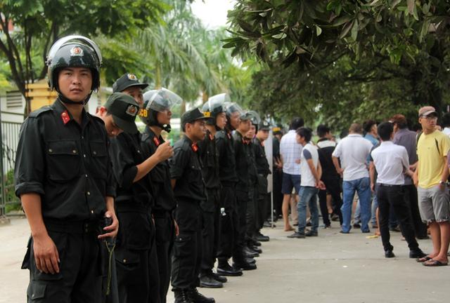 Lực lương an ninh, cảnh sát cơ đông CA TP Hà Nội có mặt trước cổng VFF để đảm bảo an ninh trật tự.