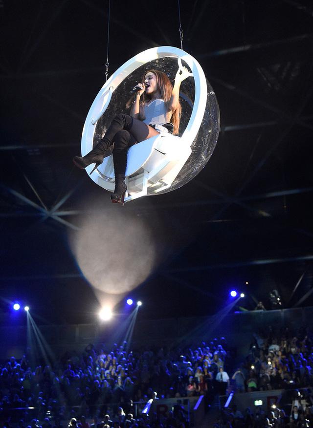 Ariana Grande bay trên không trung khi thể hiện hai ca khúc Problem và Break Free