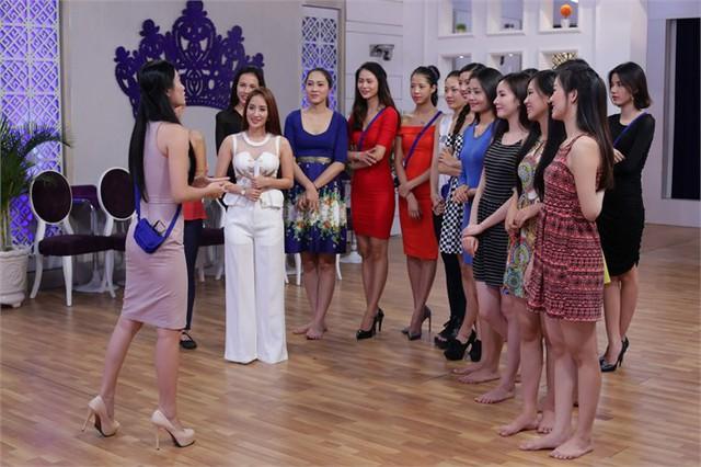 Các thí sinh Hoa khôi áo dài Việt Nam luyện tập cùng Khánh Thi