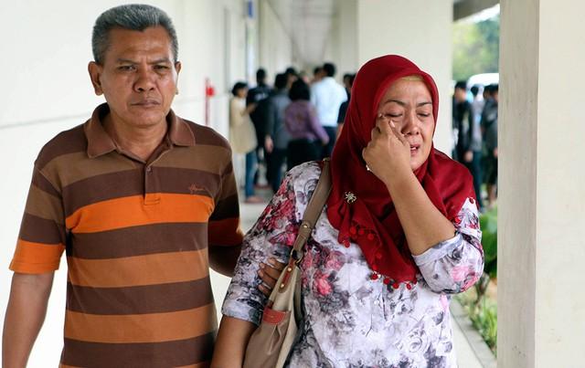 Những giọt nước mắt lăn dài trên gò má thân nhân của các hành khách trên chuyến bay mất tích