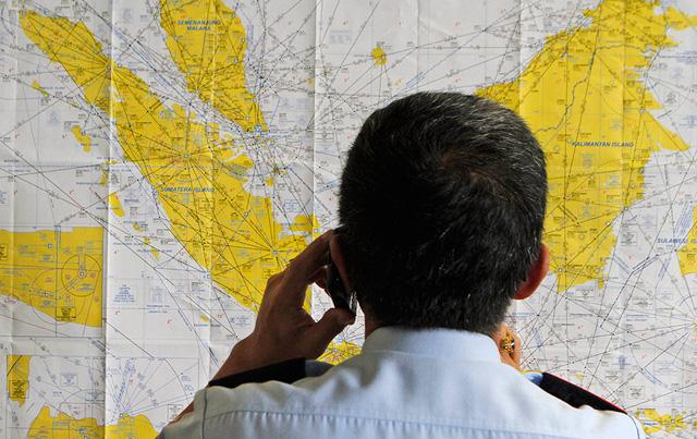 Một nhân viên hàng không tại sân bay quốc tế Juanda, Subaraya đang kiểm tra lại bản đồ