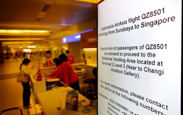 Hàng loạt tấm bảng điện tử đã được lắp đặt khắp nơi tại sân bay Changi nhằm hướng dẫn thân nhân của các hàng khách trên chuyến bay QZ 8501 về địa điểm tập trung