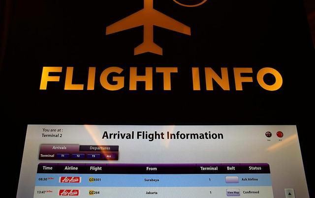 Màn hình hiển thị thông tin tại sân bay Changi Singapore ghi rõ tình trạng của chuyến bay QZ 8501 là Hỏi lại hãng hàng không