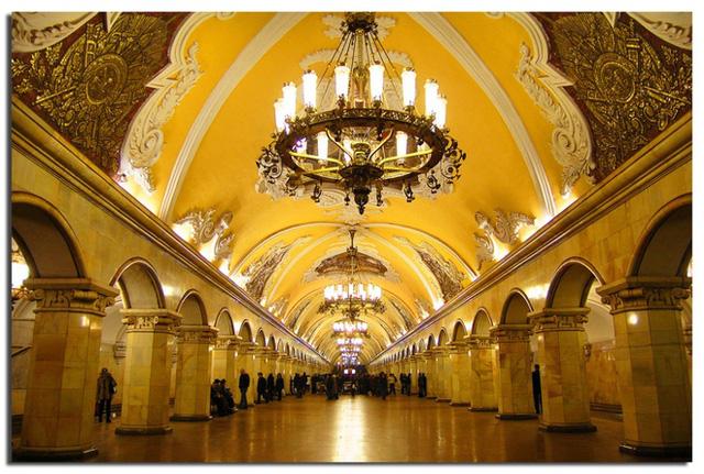 Khi nhìn lên trần nhà ga Komsomolskaya, bạn sẽ phải trầm trồ vì vẻ đẹp quyến rũ của nó. Nhà ga này trông giống phòng khiêu vũ của giới thượng lưu Nga hơn là một điểm dừng công cộng.
