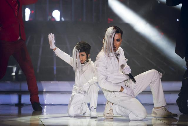 Ca sĩ Chí Thiện và bé Bảo An ăn mặc theo phong cách hip-hop, đóng vai thành viên nhóm Big Bang, biểu diễn ca khúc Fantasy baby