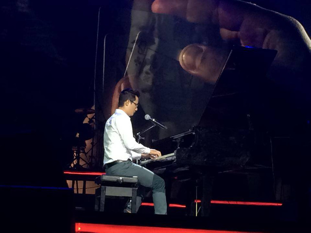 Hoàng Bách thể hiện ca khúc với dương cầm