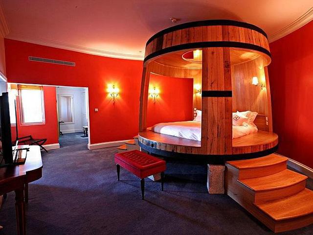 Phòng ngủ của khách sạn Yeatman, Porto (Bồ Đào Nha) được sơn màu đỏ. Bên trong là một chiếc giường làm bằng gỗ sồi đặc được chế tác cách đây hơn 100 năm, ban đầu là một thùng chứa nho ngâm rượu, có sức chứa tới cả trăm lít rượu vang.