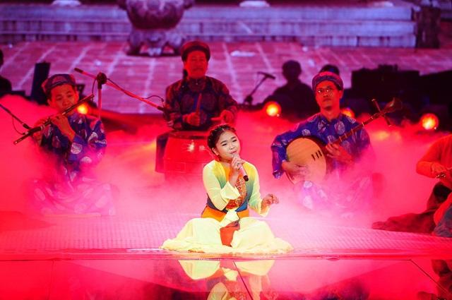 Bé Thiện Nhân chọn dự thi với thể loại âm nhạc dân tộc là hát chầu văn qua ca khúc Cô đôi thượng ngàn. Cô bé mặc trang phục đầy màu sắc, ngồi biểu diễn trong khung cảnh mây khói bồng bềnh, huyền ảo.