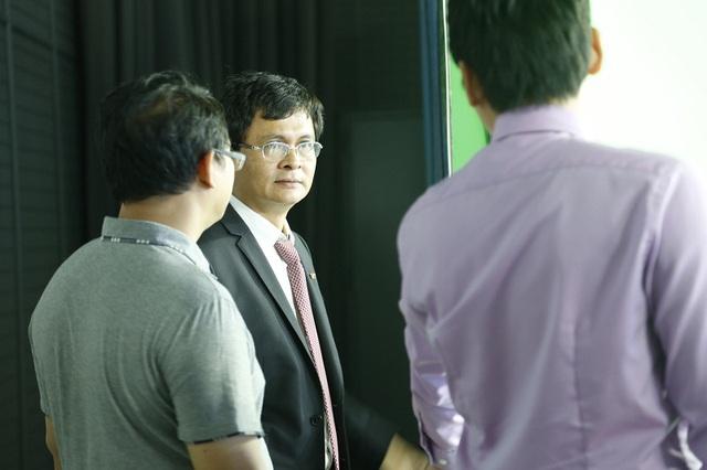 Ông Trần BìnhMinh - Tổng Giám đốc Đài THVN đã có mặt tại trường quay trước giờ lên sóng