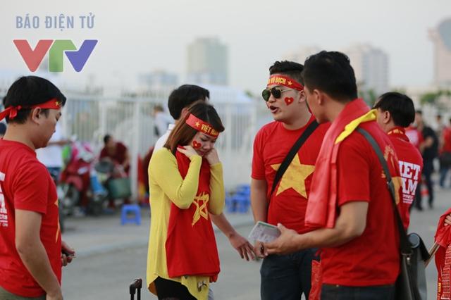 Màu vàng và đỏ của quốc kỳ Việt Nam là tông màu chủ đạo quanh SVĐ Mỹ Đình vào lúc này.