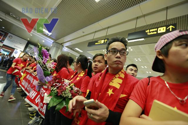 Vì chuyến bay từ TP. HCM về Hà Nội bị trễ, tuy nhiên, các CĐV vẫn không hề tỏ ra sốt ruột.